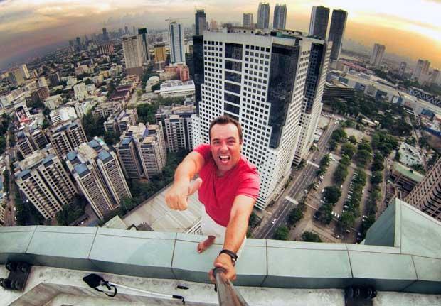 Edu jugándose la vida or un selfie en una azotea de Manila