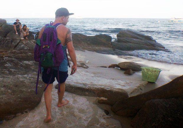 Víctor caminando por una playa de Tailandia